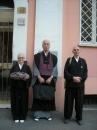 Il Maestro Shohaku Okumura con Gyoetsu e Doryu all'ingresso del Centro Zen Anshin.